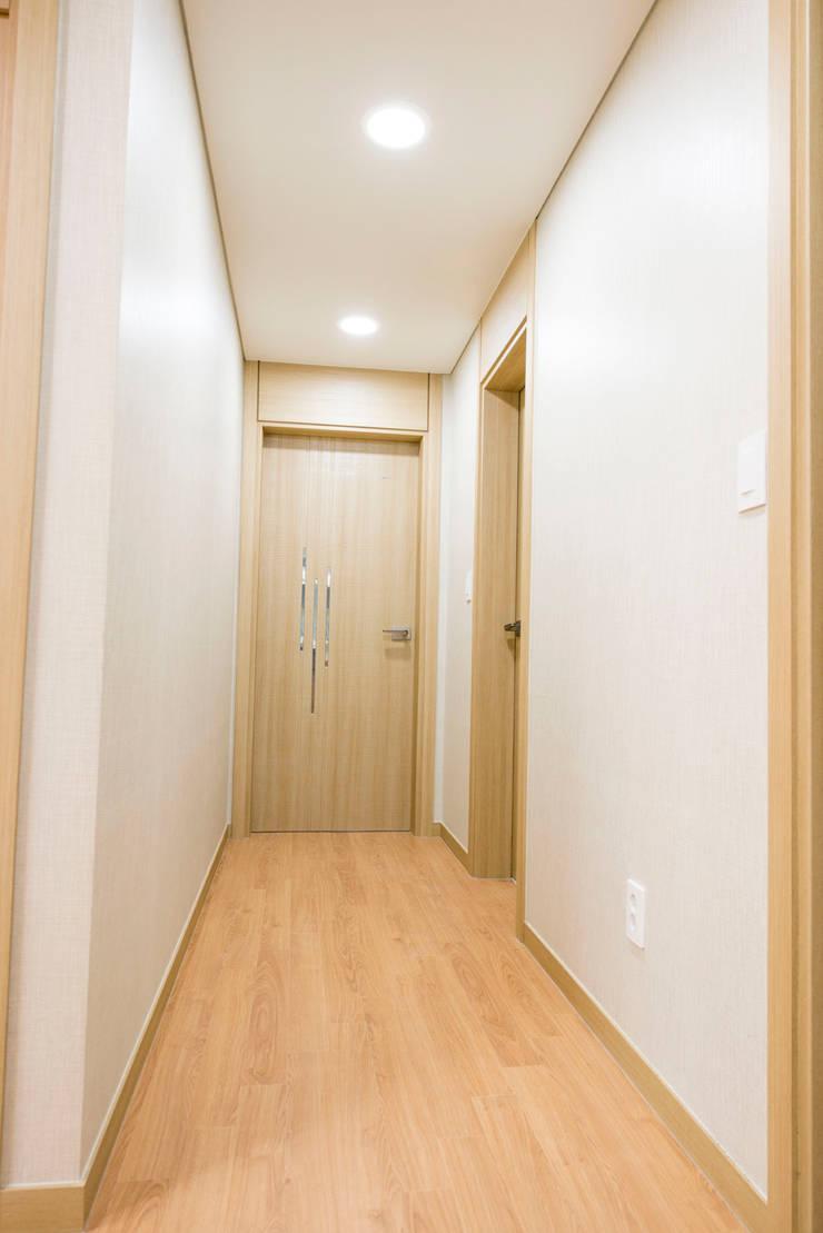 증산리 2가구 주택 H-2: 피앤이(P&E)건축사사무소의  복도 & 현관