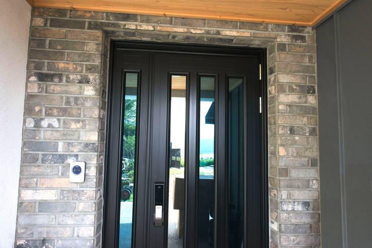 덕동동 주택 H-3: 피앤이(P&E)건축사사무소의  창문