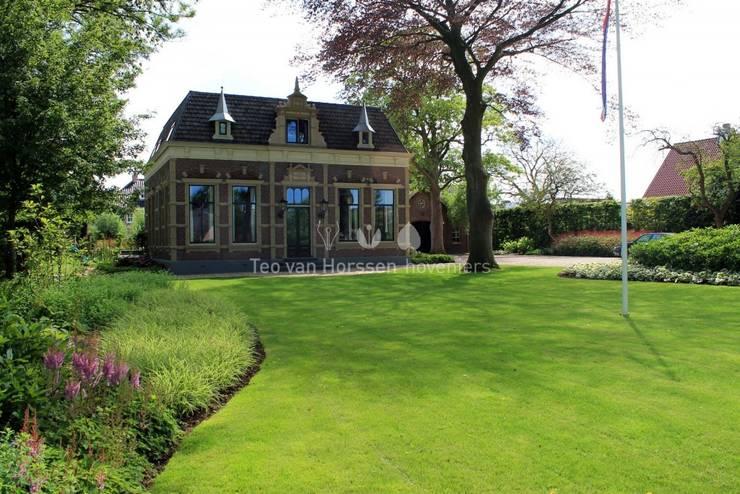 Voortuin:  Tuin door Teo van Horssen Hoveniers, Landelijk