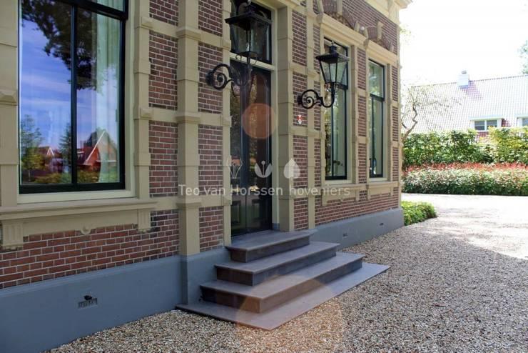 Entree woning:  Tuin door Teo van Horssen Hoveniers, Landelijk