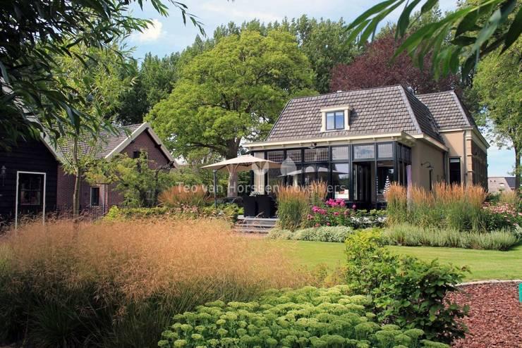 Statige, landelijke tuin bij monumentale villa:  Tuin door Teo van Horssen Hoveniers, Landelijk
