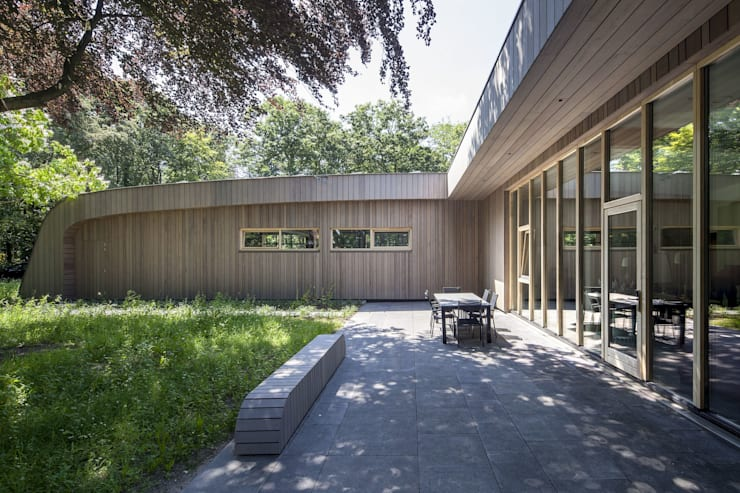 Terras grenzend aan de woonkamer:  Terras door Erik Knippers Architect, Modern Hout Hout