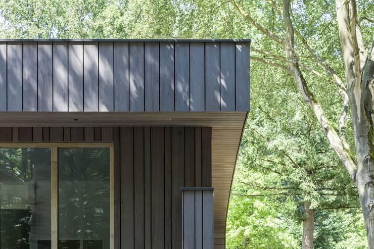 Detail houten delen gevel:  Huizen door Erik Knippers Architect, Modern Hout Hout