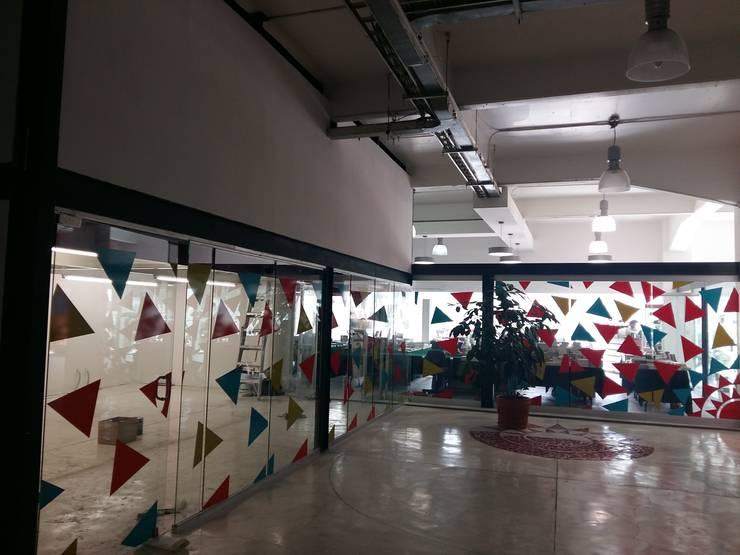 """LIBRERÍA - HEMEROTECA """"LA JORNADA"""": Espacios comerciales de estilo  por CAXÁ studio"""