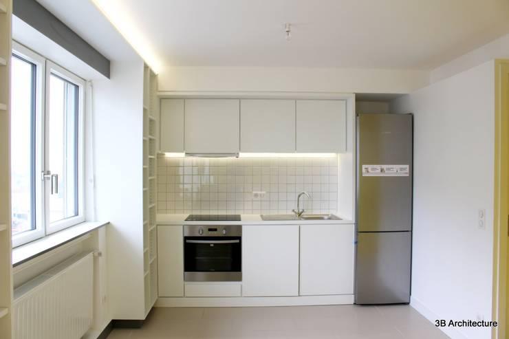 Face au bureau, le linéaire de cuisine trouve discrètement sa place dans l'aménagement.: Cuisine de style  par 3B Architecture