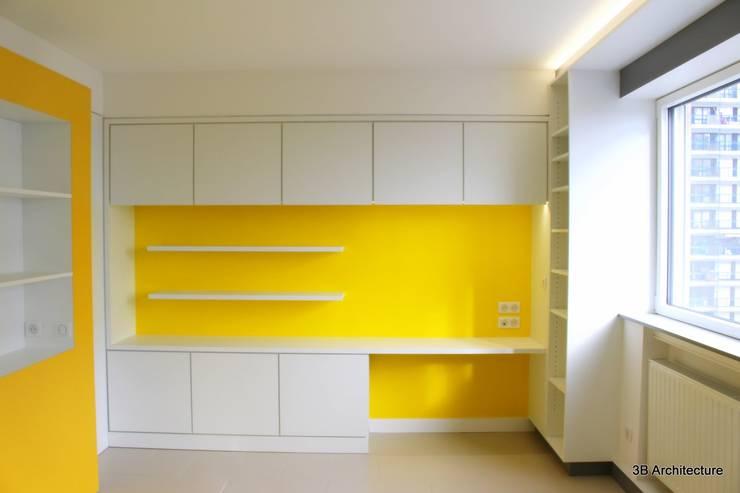 L'espace bureau prend place dans un mur épais offrant un large volume de rangements: Bureau de style  par 3B Architecture