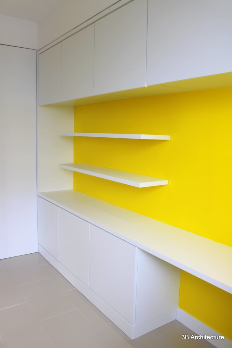 La finesse de l'aménagement est souligné par le contraste chromatique.: Bureau de style  par 3B Architecture