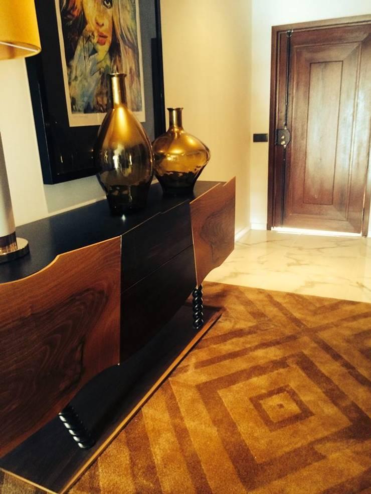 Moradia em Luanda: Corredores e halls de entrada  por Lili Miranda-Designer de Interiores