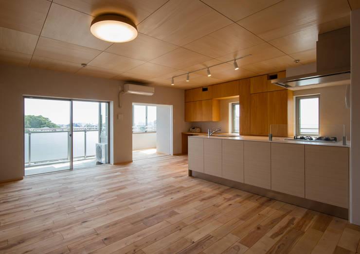 板の間: アトリエ24一級建築士事務所が手掛けたリビングです。