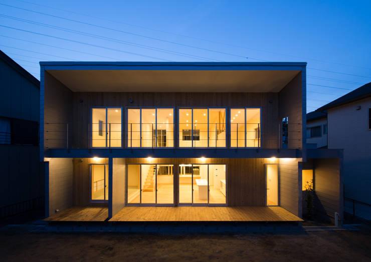 南側外観-夕景: アトリエ24一級建築士事務所が手掛けた家です。