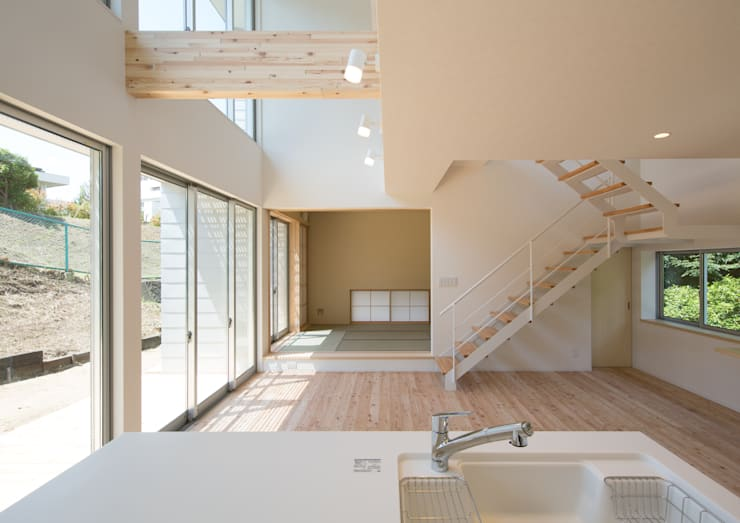 LDK: アトリエ24一級建築士事務所が手掛けたリビングです。