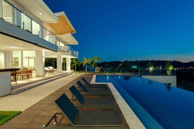 Casa da Colina : Piscinas  por dayala+rafael arquitetura
