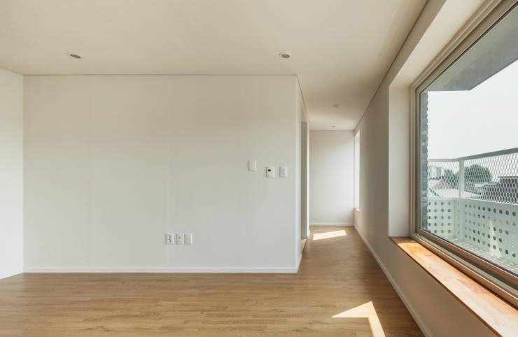 교하동 다가구 주택: 서가 건축사사무소의  거실,