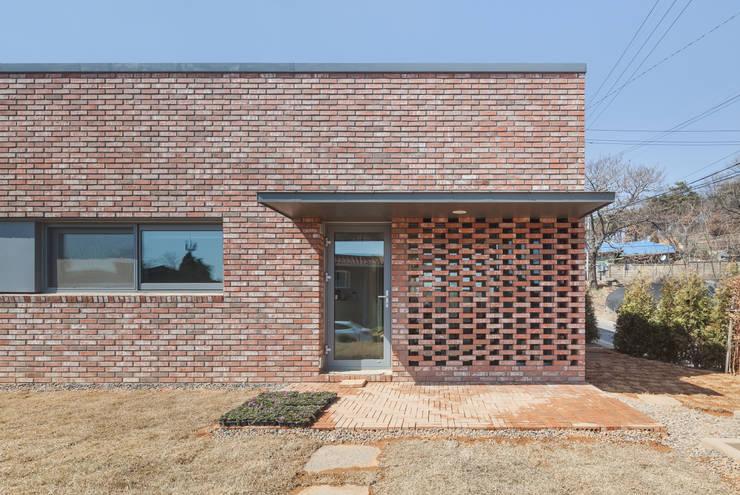 김포 대능리 단독주택: 서가 건축사사무소의  주택,모던