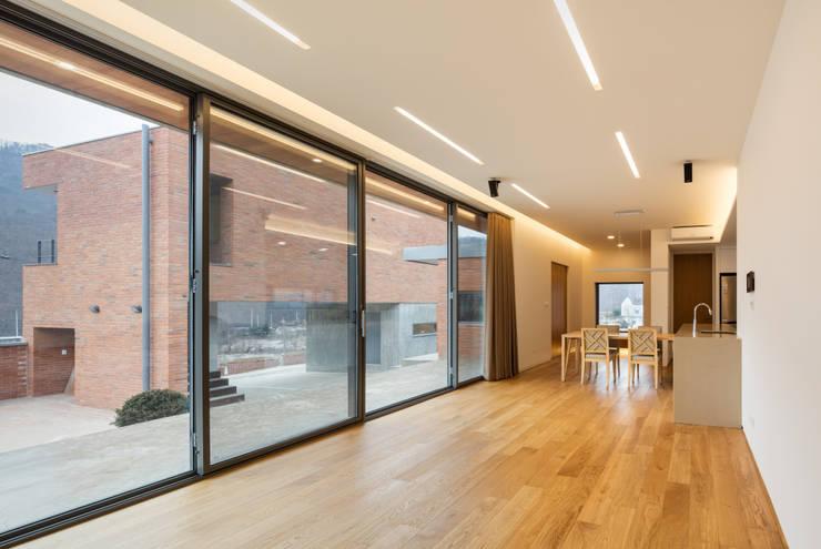 홍천 노일리 주택: 서가 건축사사무소의  거실,모던