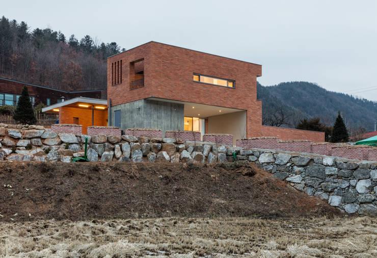 Projekty, nowoczesne Domy zaprojektowane przez 서가 건축사사무소