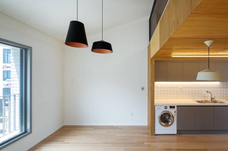 구월동 근린생활시설 및 다가구주택: 서가 건축사사무소의  거실