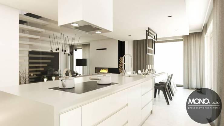 Czysta, uporządkowana forma i i ciepłe barwy: styl , w kategorii Kuchnia zaprojektowany przez MONOstudio