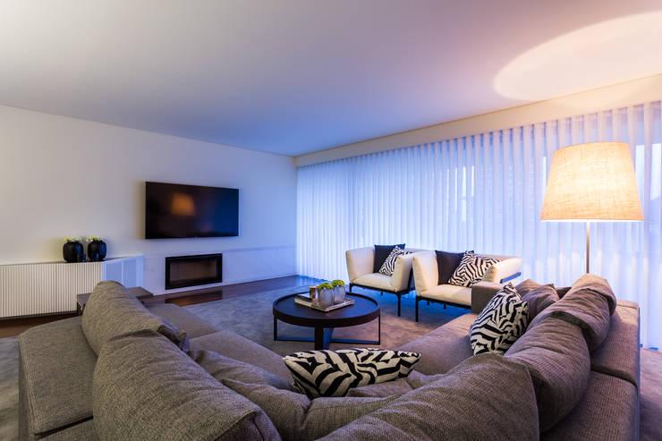 Sala de estar  por OGO ARQUITECTOS