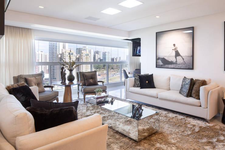 Reforma de apartamento - por Eduardo Borém: Sala de estar  por Joana França