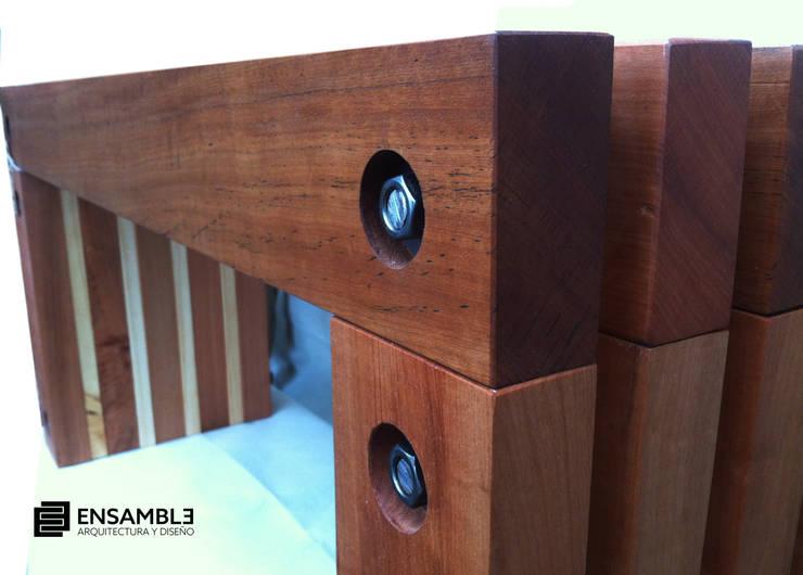 Banqueta Nothofagus: Balcones y terrazas de estilo  por Ensamble Arquitectura y Diseño Ltda.
