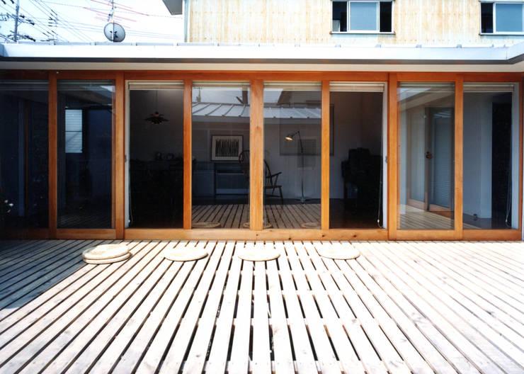 スノコの庭でソトメシ: T設計室一級建築士事務所/tsekkeiが手掛けた庭です。,