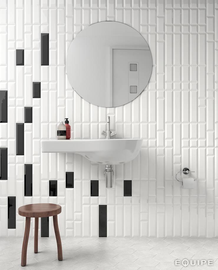 Metro White 7,5x30 / 7,5x15 / 7,5x7,5. Metro Black 7,5x30 / 7,5x15.: Baños de estilo  de Equipe Ceramicas