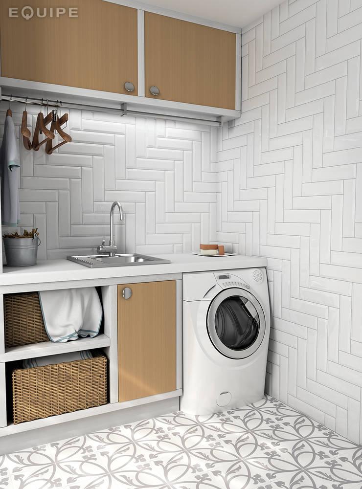Metro White 7,5x30: Pasillos y vestíbulos de estilo  de Equipe Ceramicas