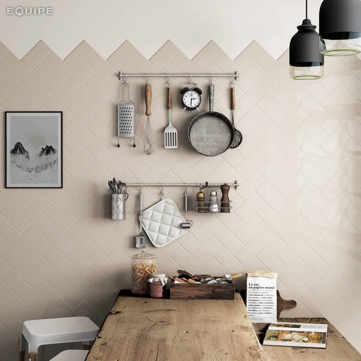 Evolution Greige 7,5x15: Cocinas de estilo  de Equipe Ceramicas