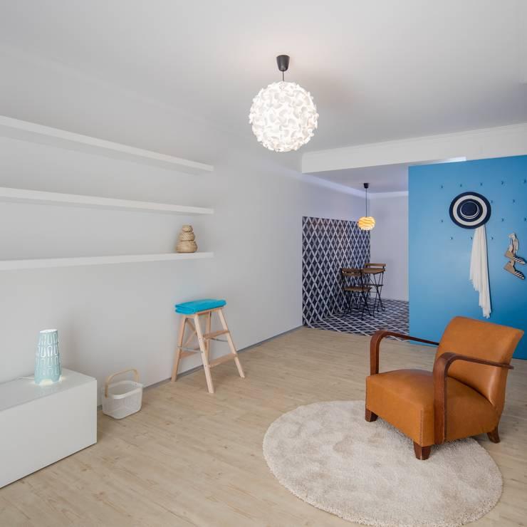 Sala: Salas de estar ecléticas por Tiago do Vale Arquitectos