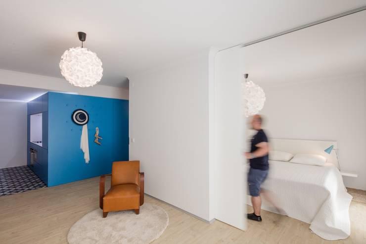 Sala / Painel de Correr / Quarto: Quartos ecléticos por Tiago do Vale Arquitectos