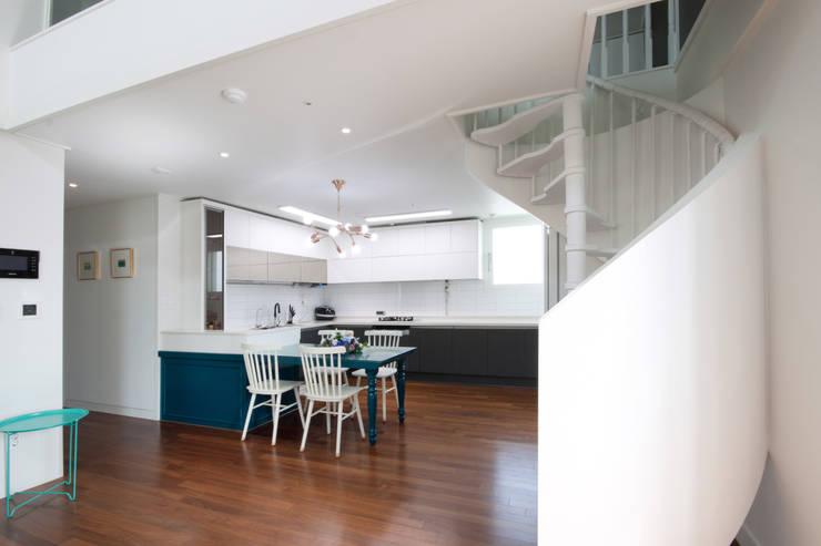평범한 나의 집에 도전하고싶은 컬러 - 전주 인테리어 효자동 휴먼시아 아이린 아파트: 디자인투플라이의  다이닝 룸