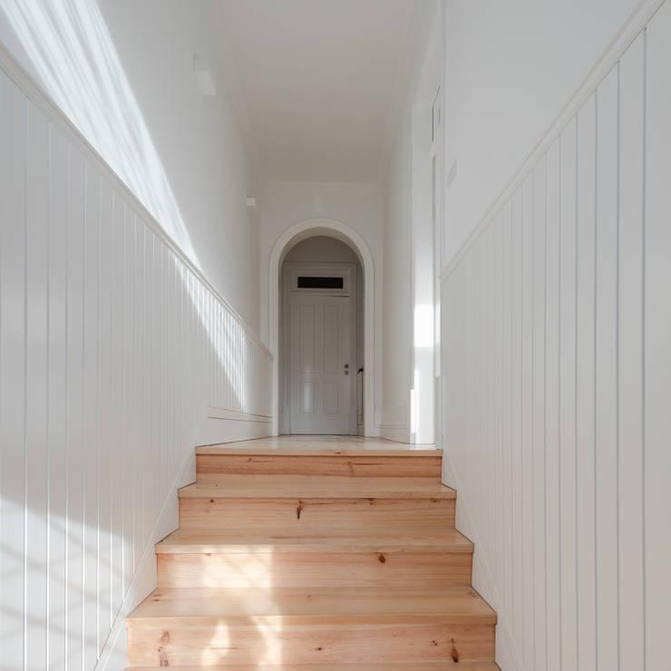Entrada: Corredores e halls de entrada  por Pedro Ferreira Architecture Studio Lda
