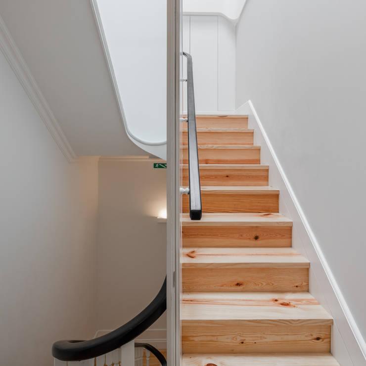 Pasillos y recibidores de estilo  por Pedro Ferreira Architecture Studio Lda