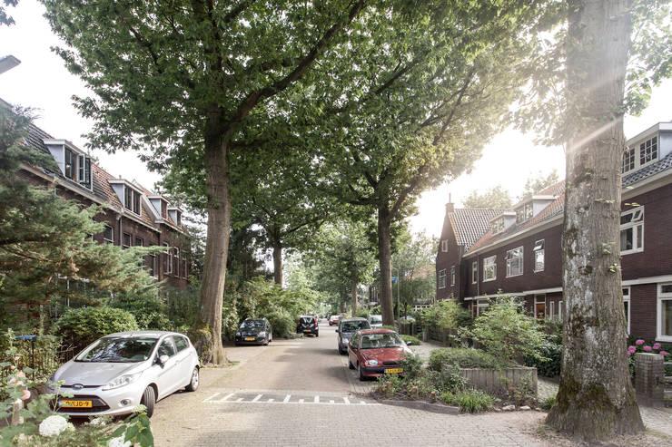 Jaren 30-wijk waarin de woning zich bevindt:  Huizen door Bob Romijnders Architectuur & Interieur