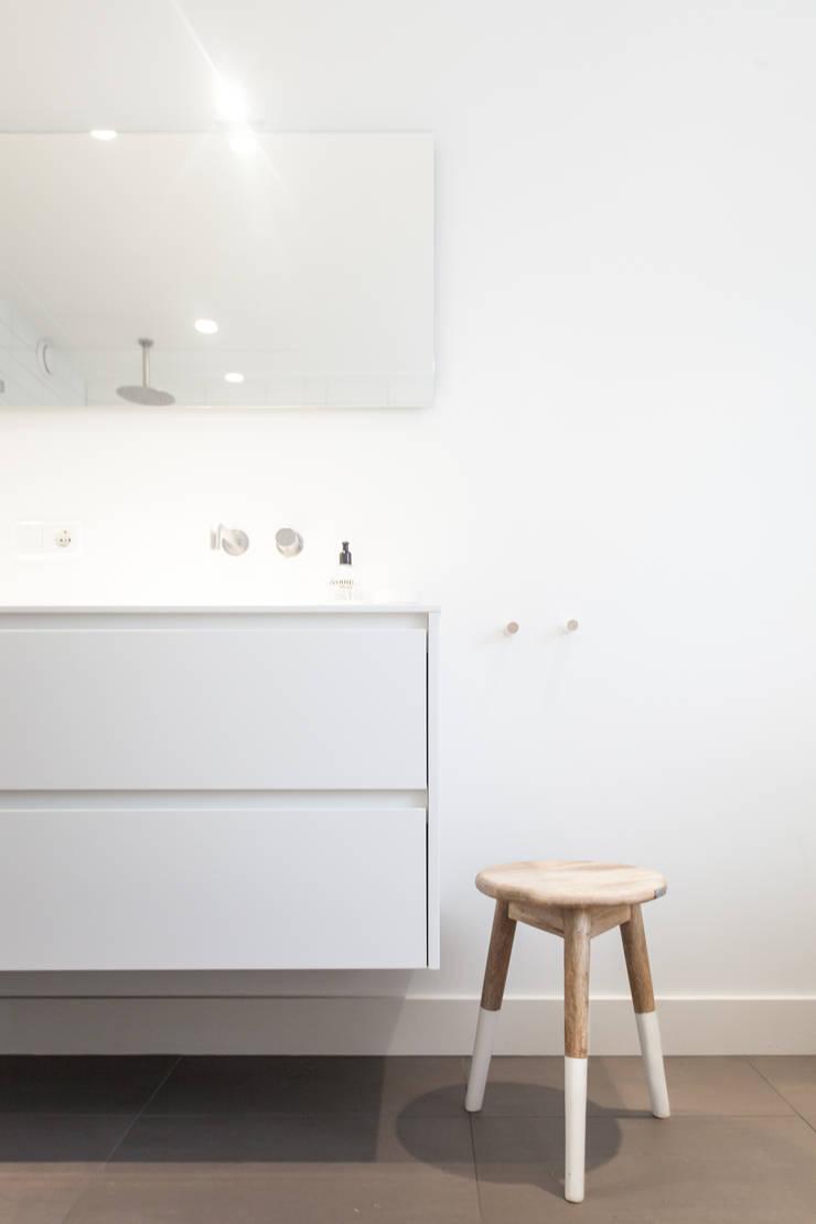 Scandinavian style bathroom by Bob Romijnders Architectuur & Interieur Scandinavian