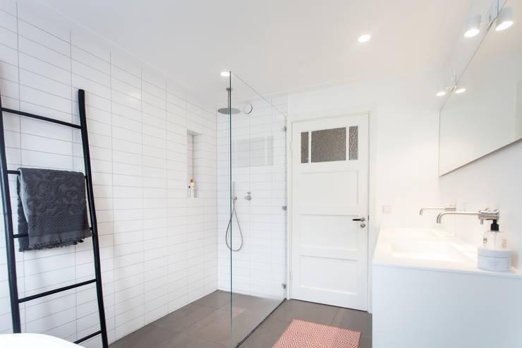 Inloopdouche:  Badkamer door Bob Romijnders Architectuur & Interieur