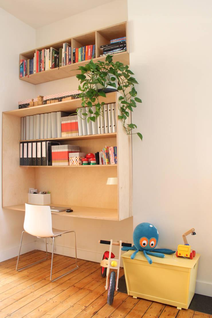 Salas / recibidores de estilo  por studio k interieur en landschapsarchitecten, Moderno