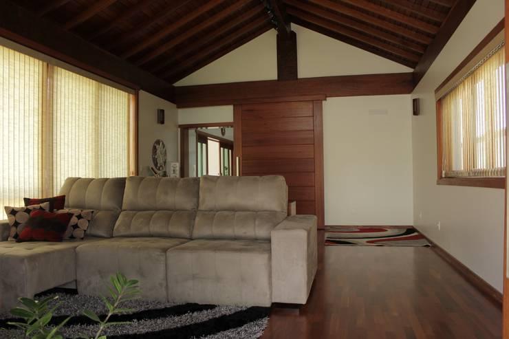 Salas multimedias de estilo  por canatelli arquitetura e design