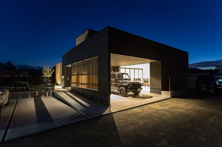 ディスプレイガレージのある家: TKD-ARCHITECTが手掛けたガレージです。
