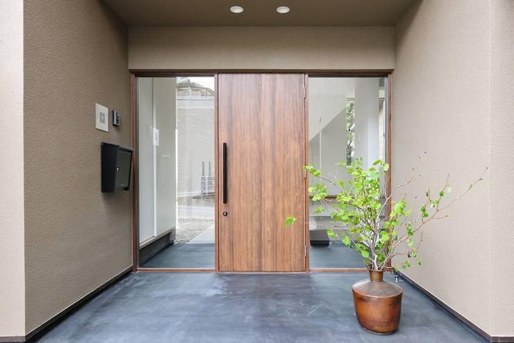 海にくらす: TKD-ARCHITECTが手掛けた廊下 & 玄関です。