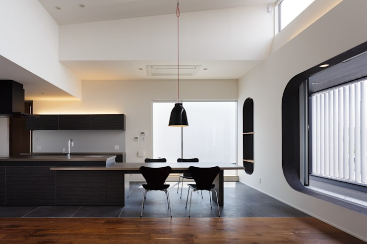 VERTICAL HOUSE (縦格子の家): MITSUTOSHI   OKAMOTO   ARCHITECT   OFFICE 岡本光利一級建築士事務所が手掛けたダイニングです。