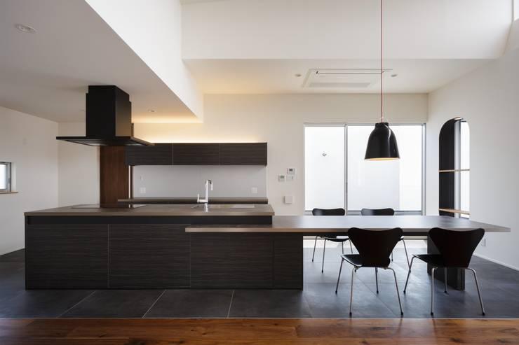 VERTICAL HOUSE (縦格子の家): MITSUTOSHI   OKAMOTO   ARCHITECT   OFFICE 岡本光利一級建築士事務所が手掛けたキッチンです。