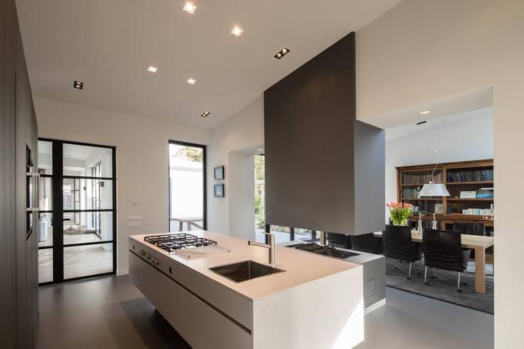 Moderne witte keuken:  Keuken door Van der Schoot Architecten bv BNA, Modern Hout Hout