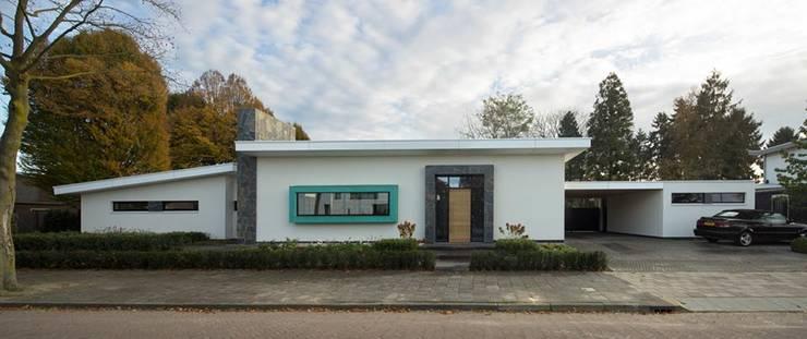 Moderne voorgevel:  Huizen door Van der Schoot Architecten bv BNA, Modern Steen