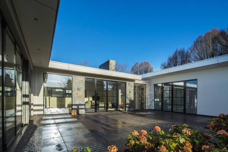 Ingetogen patio:  Huizen door Van der Schoot Architecten bv BNA, Modern Glas