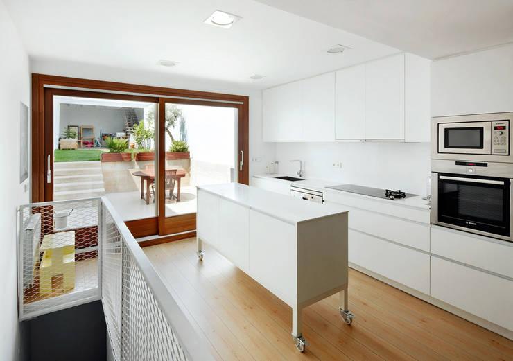Kitchen by Vallribera Arquitectes,