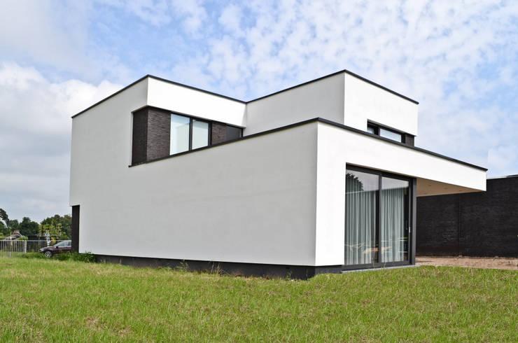 Woonhuis te Born, Nederland:  Huizen door FWP architectuur BV, Minimalistisch Beton