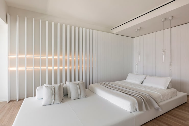​A Pied-à-terre in Miami Beach, by Alessandro Isola:  Bedroom by Alessandro Isola Ltd