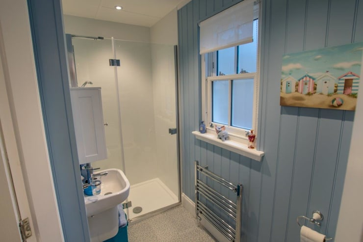 Studio Wee House: classic Bathroom by The Wee House Company